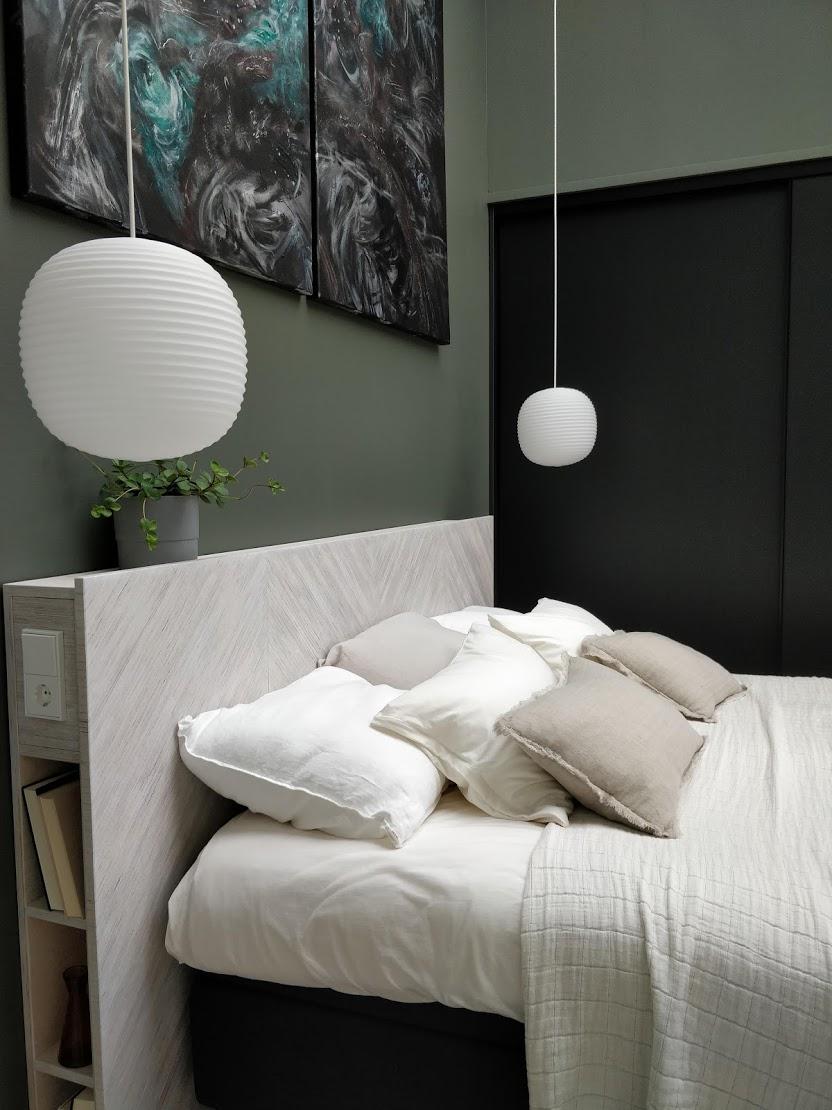 Makuuhuoneessa upea ja käytännöllinen sängynpääty. Lisäksi seinässä suosittua vihreän sävyä.