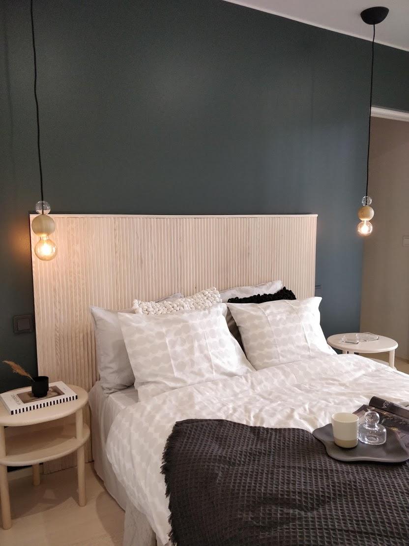 Tässäkin kohteessa käytetty puuta kauniisti sängynpäädyssä.