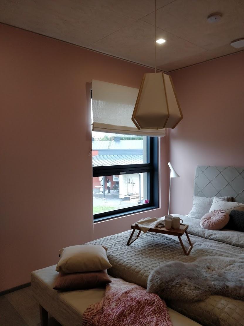 Rohkea seiniltään kokonaan vaaleanpunainen makuuhuone kohteessa 3.