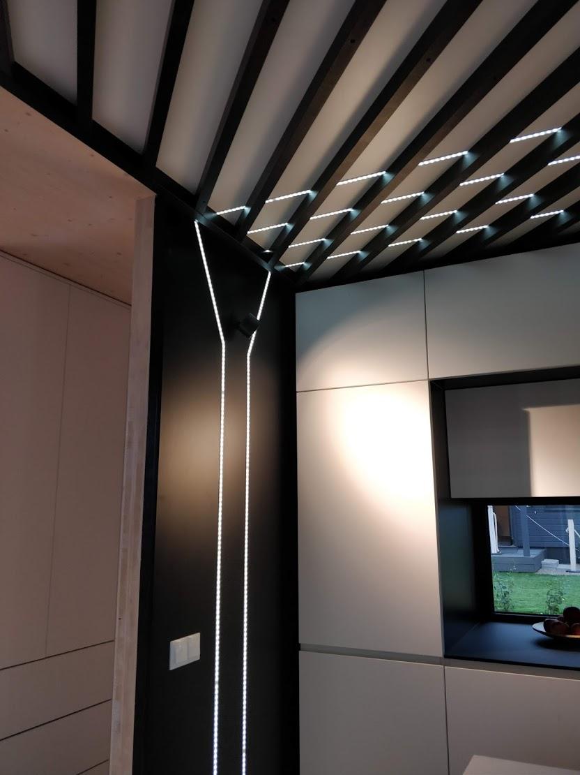 Kohteessa 18 LED-nauhaa oli käytetty mm. keittiön katon rimoituksen alla.