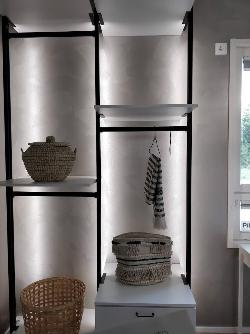 Kohteen 22 upea ja reilun kokoinen Walk-in-closet kauniissa valaistuksessa