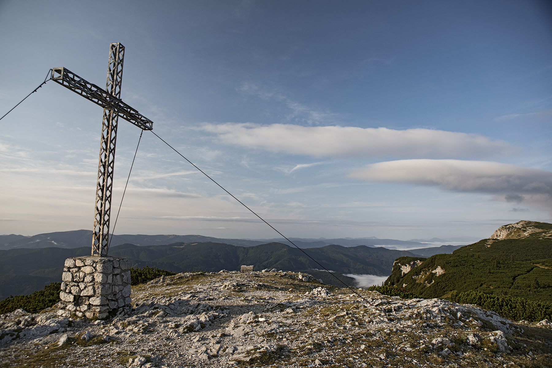 The iron cross at the summit of Jakobskogel ridge, behind Ottohaus.