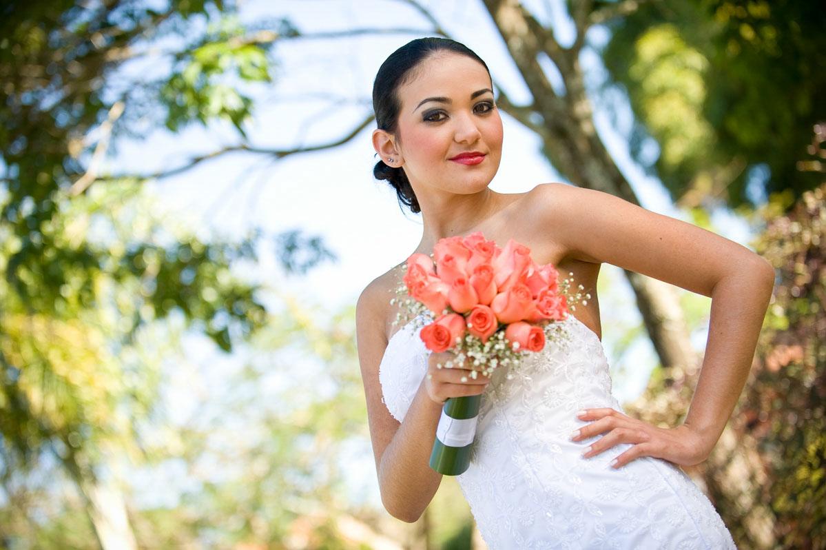 Foto Externa de Noiva com Buquê