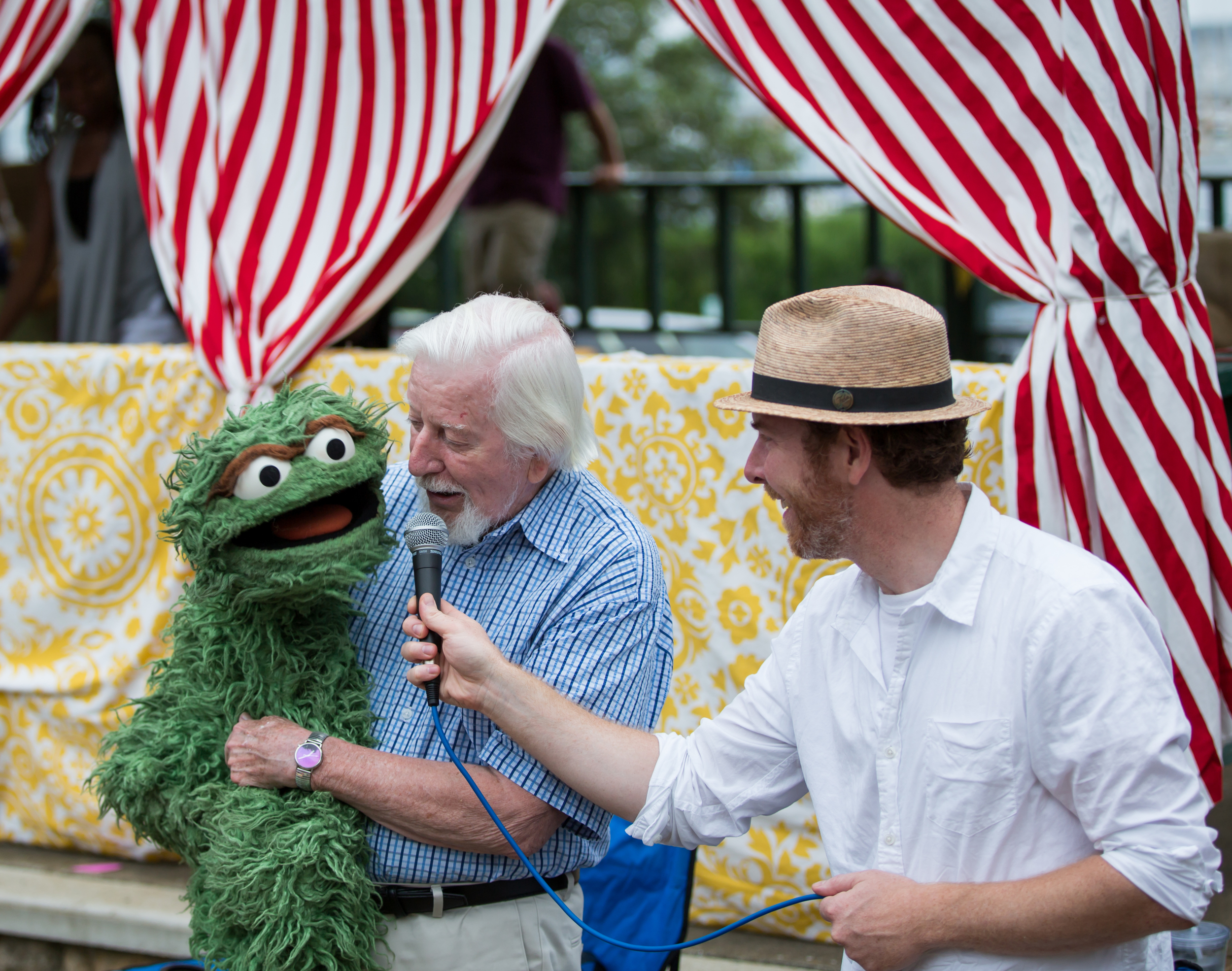 """Caroll Spinney (a.k.a. Big Bird and Oscar the Grouch) sings """"I Love Trash"""" at the free puppet-making workshop before the screening of I AM BIG BIRD on July 30, 2015, at Owen Park in Vineyard Haven.Photo by Maria Thibodeau."""