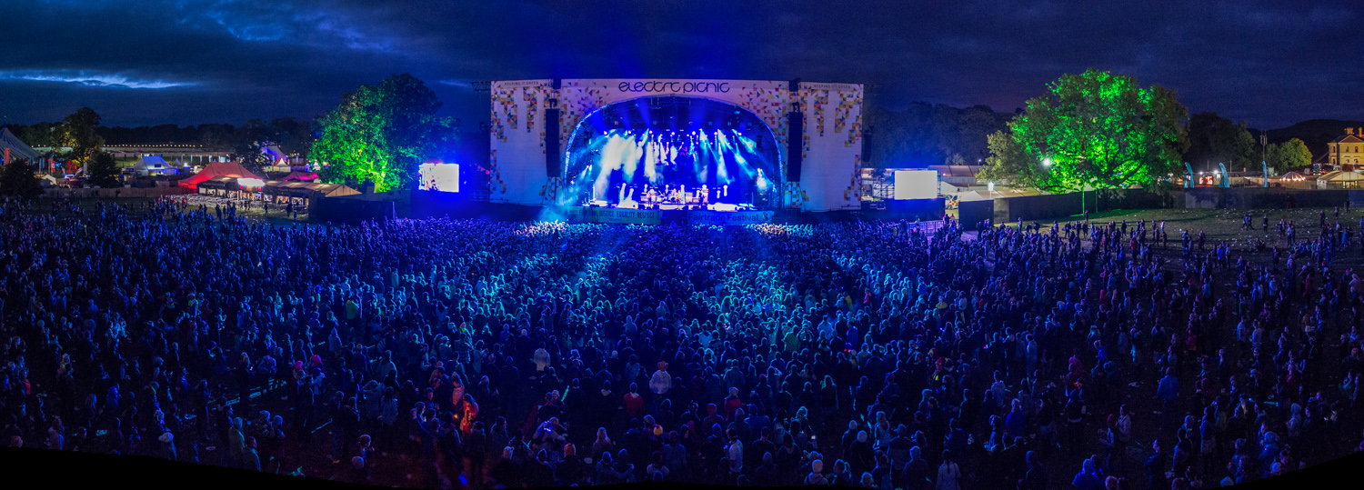 Extreme panoramic of the main stage.