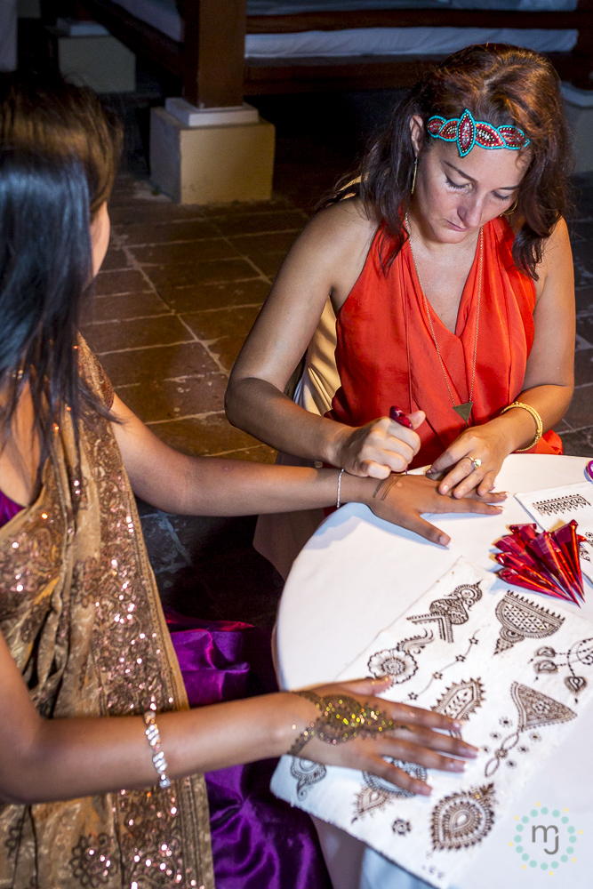 At the mehndi party, I offer designs from my hand-painted design canvases with the latest trends and original patterns. Glitter adds a hit of bling!