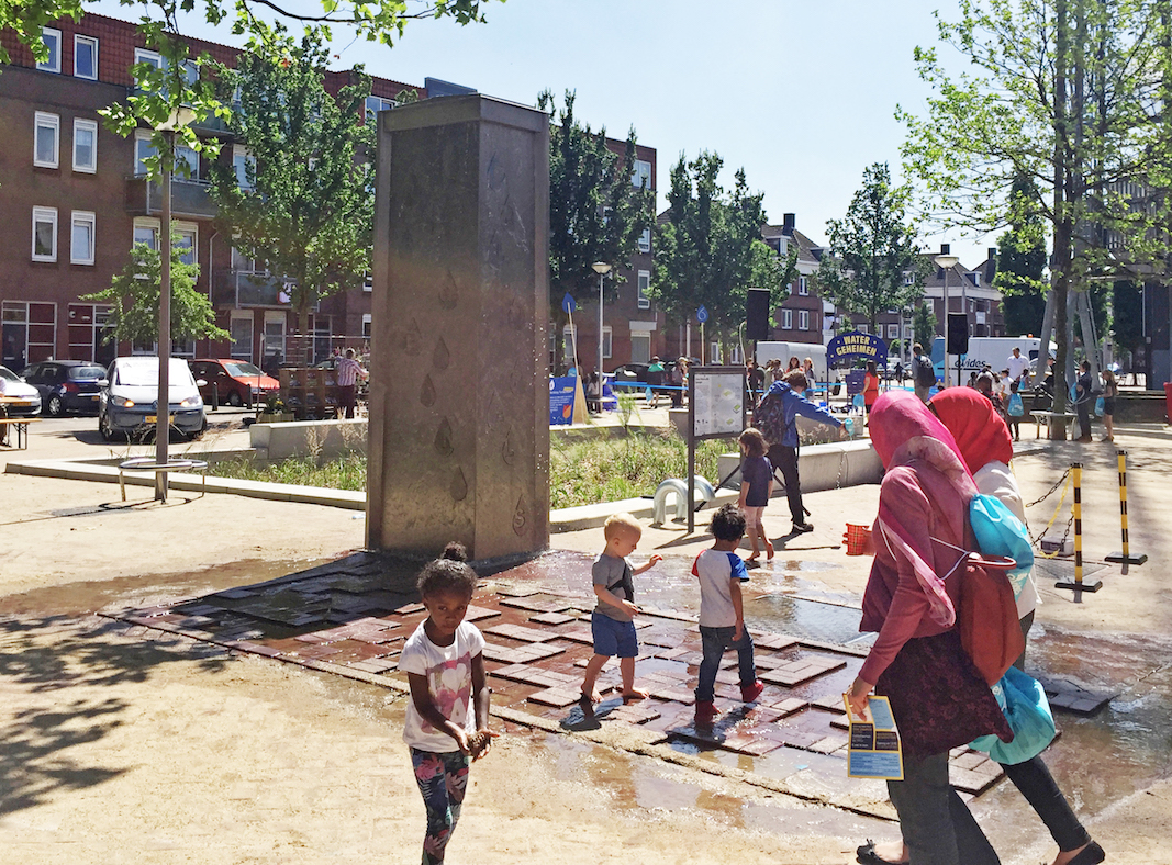 - The UWB contributes to mitigate the effect of urban heat by reusing the stored rainwater to irrigate the urban green, including the biofilter. An additional water feature allows children to play in hot summer days.
