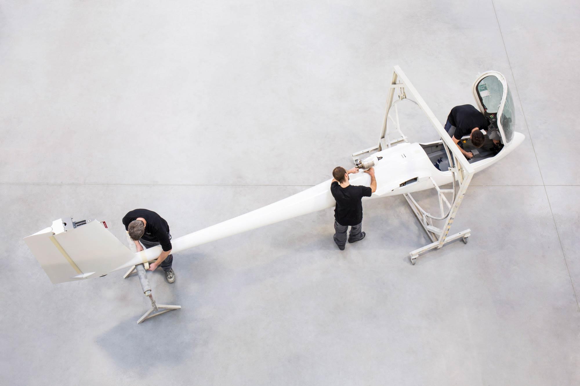 Werbefoto für die Corporate Image-Kampagne für M&D Aviation Marketing: Im Hangar wird ein Segelflugzeug zusammengebaut.