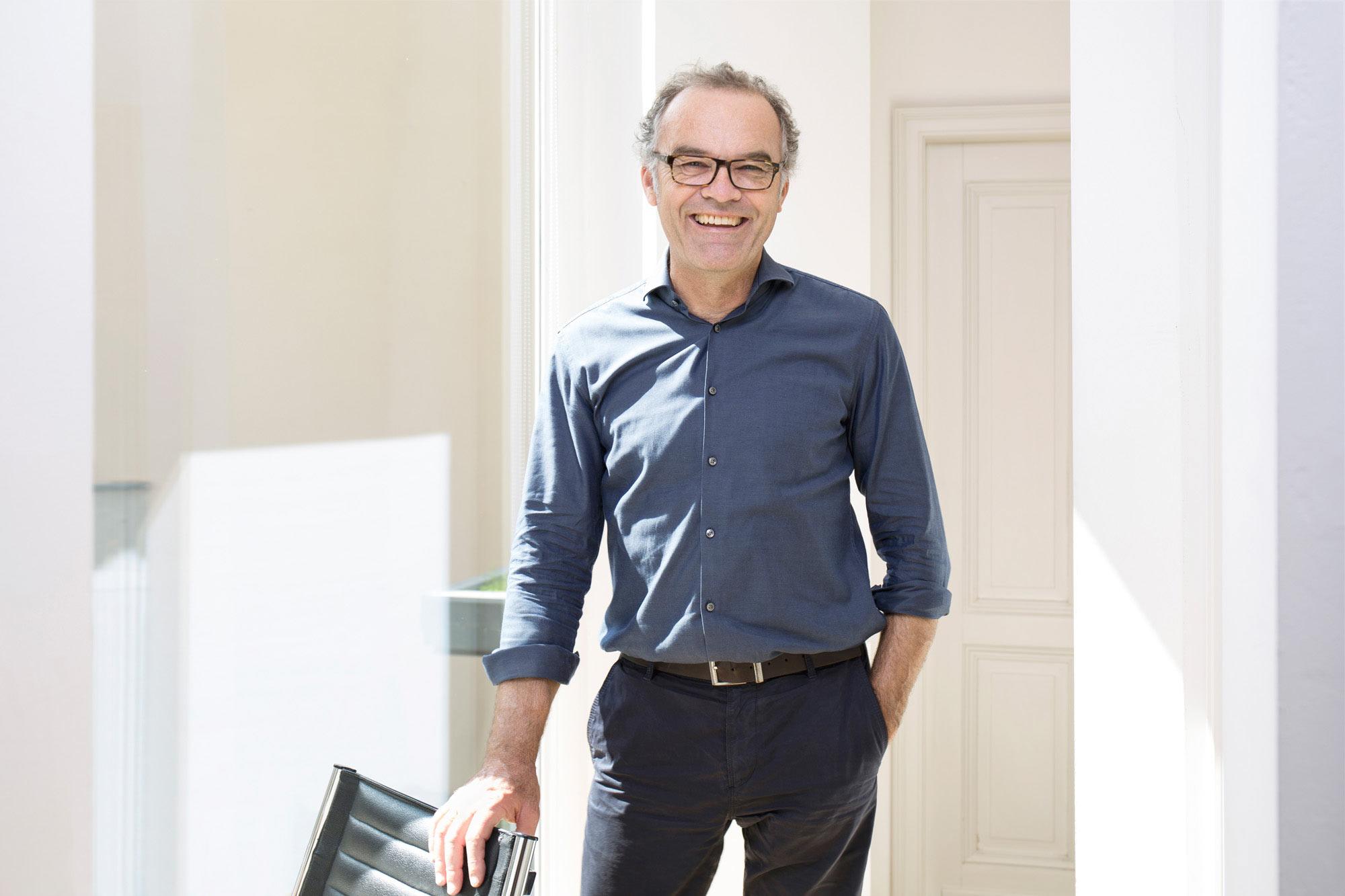 Corporate Business-Portrait-Foto von Rolf Schulte, Rechtsanwalt in seinem Büro in Bonn.