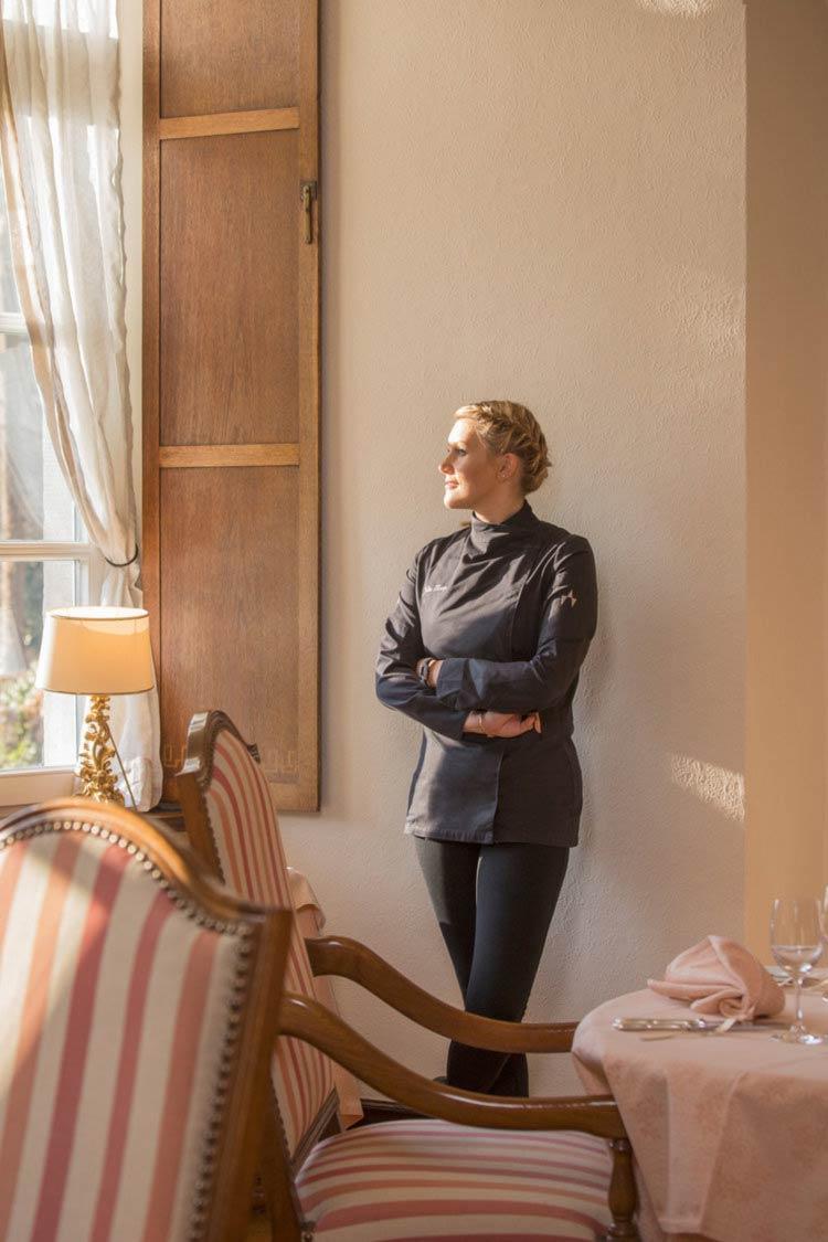 """Business-Portrait von Julia Komp, Deutschlands jüngster Sterneköchin, im Schloss Loersfeld für das Editorial des Magazins """"Hotellerie & Gastronomie"""""""