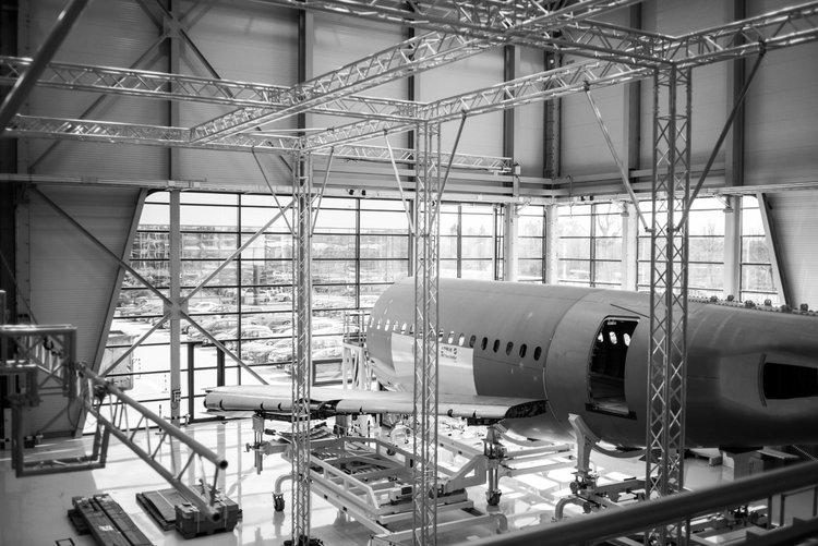 Corporate Werbefotografie für SFS Aircraft Components: Flugzeug im Hangar in schwarz-weiß