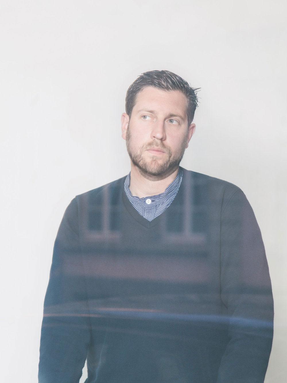 Martin Schmitz, Möbeldesigner und DJ, Portrait hinter Fensterscheibe