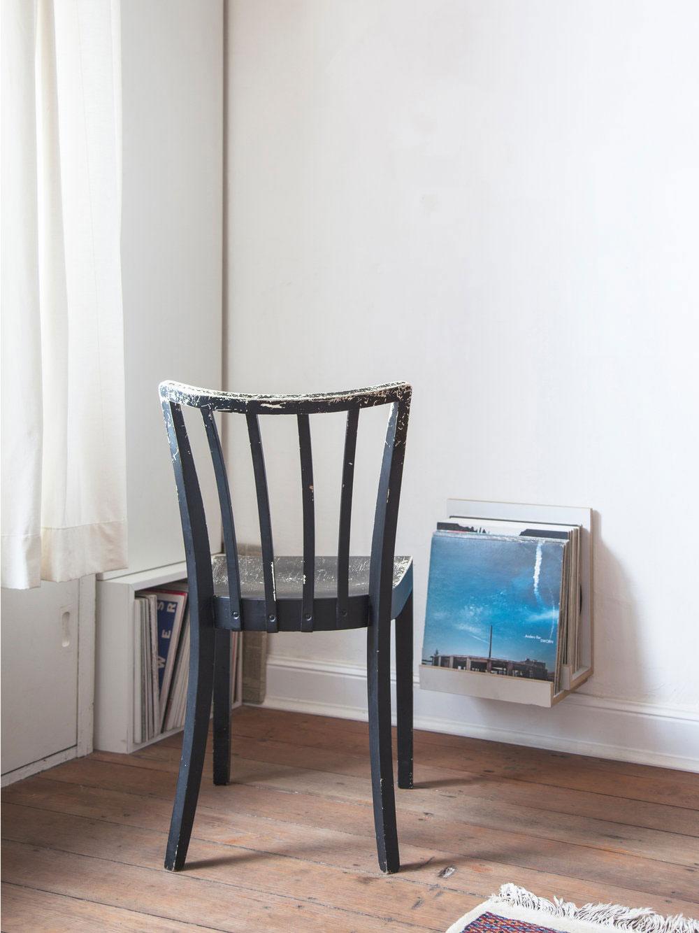 Stuhl in der Ecke mit Schallplatten
