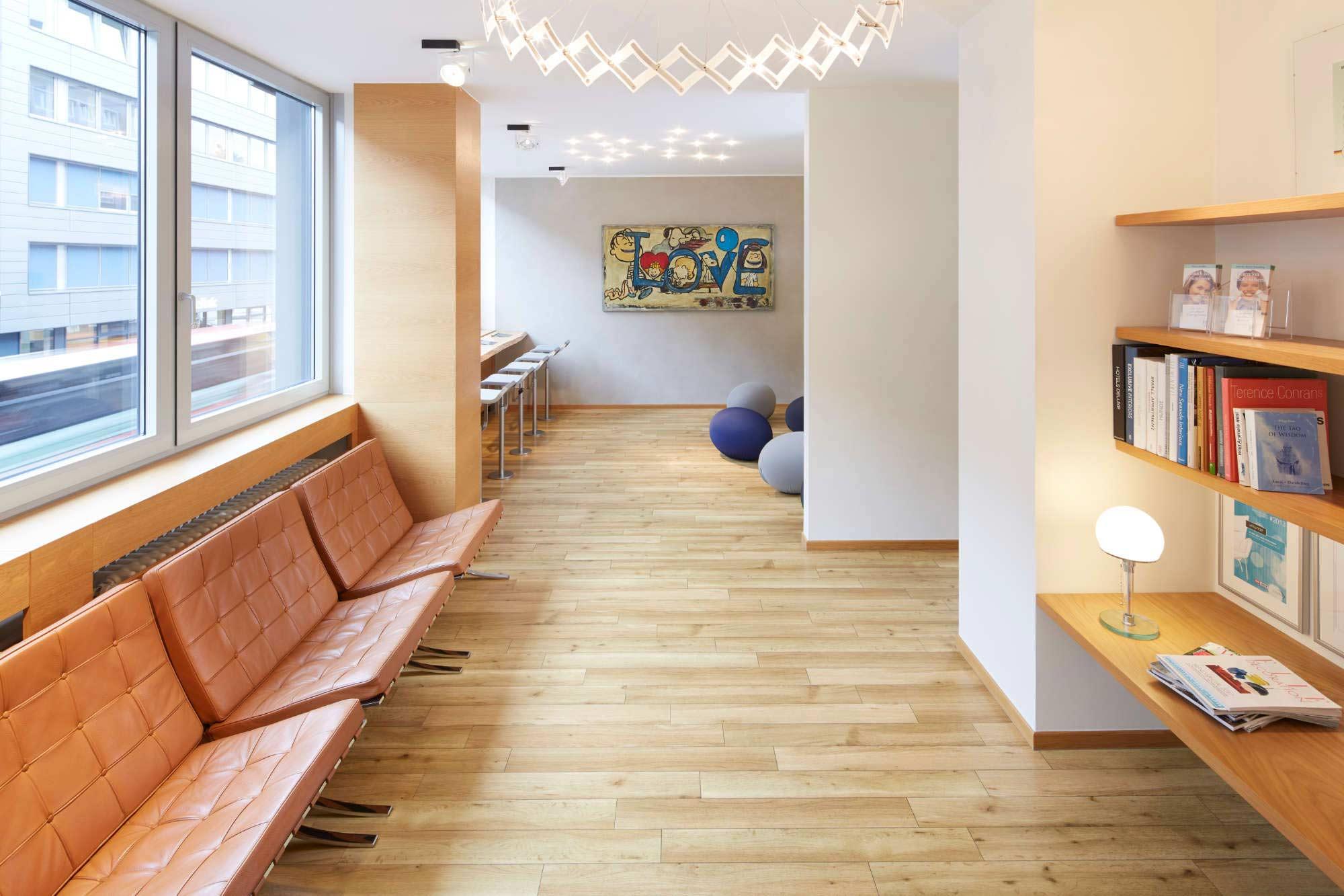 Architekturfoto eines Wartezimmers in einer Arztpraxis in Aachen, Innenaufnahme