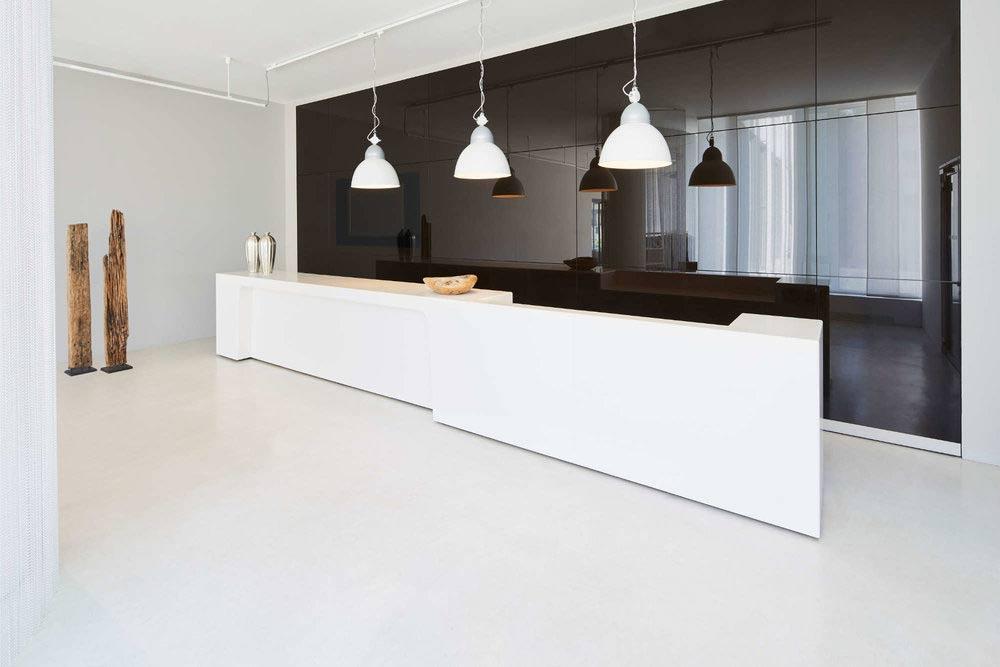 Architekturbild von Lampen vor reflektierender Wand im Berning Showrooms in Düsseldorf im White Cube