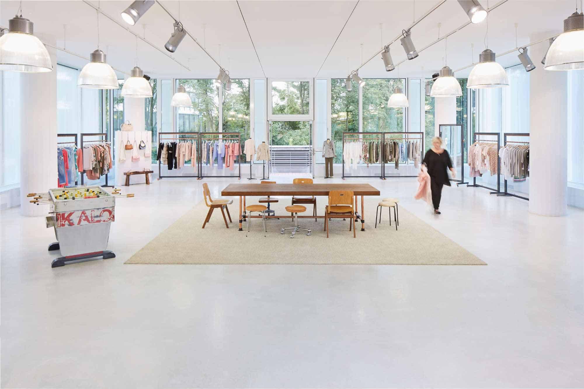 Architekturbild im Showroom von Berning Showrooms in Düsseldorf mit Tisch in der Mitte