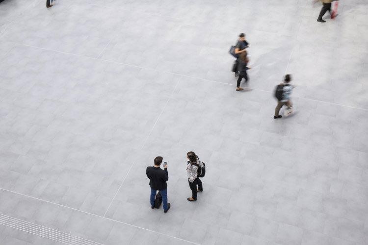 Architekturfoto des World Conference Center in Bonn, Innenaufnahme, Menschen stehen im Foyer