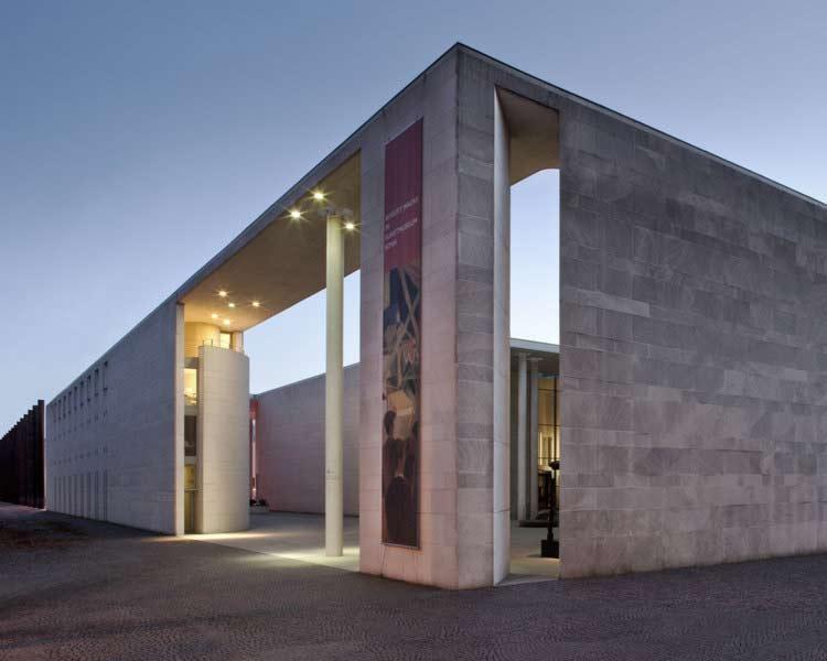 Architekturfoto des Kunstmuseums in Bonn, Außenaufnahme am Abend