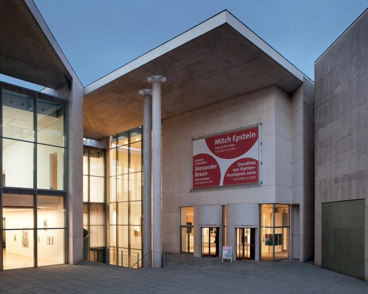 Architekturfoto des Kunstmuseums in Bonn, Außenaufnahme, Abends