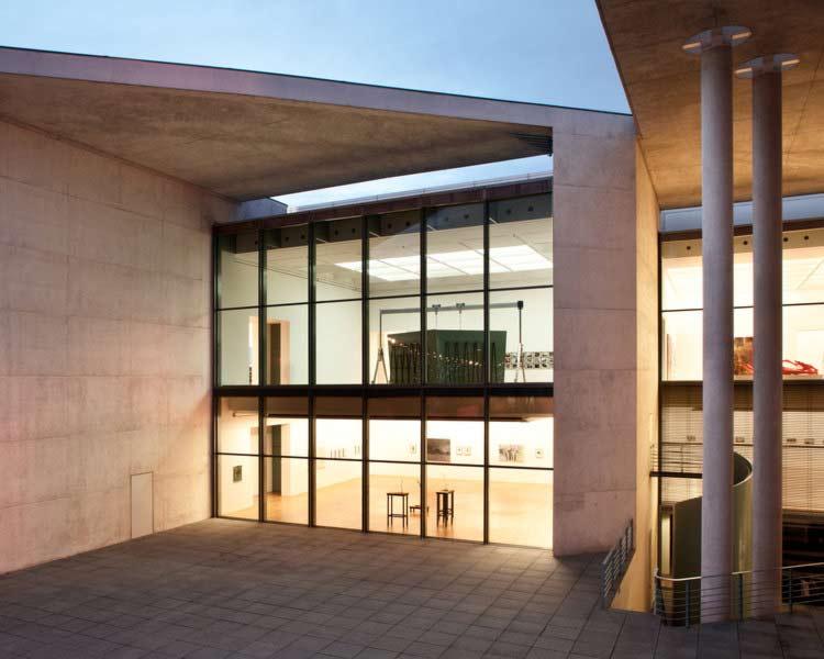 Architekturfoto des Kunstmuseums in Bonn, Außenansicht, Nachtaufnahme