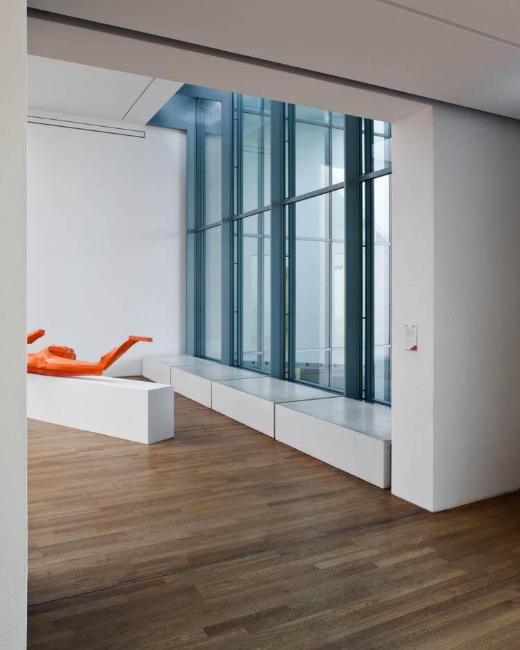 Architekturfoto des Kunstmuseums in Bonn, Innenansicht mit Fenster
