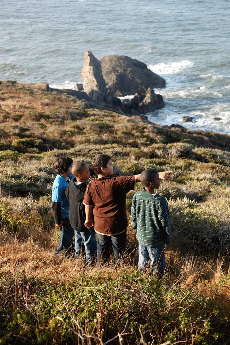 Kids-pointing-to-ocean.png