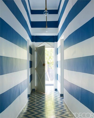 Wow! What a way to transform a hallway! ( Elle Decor ).