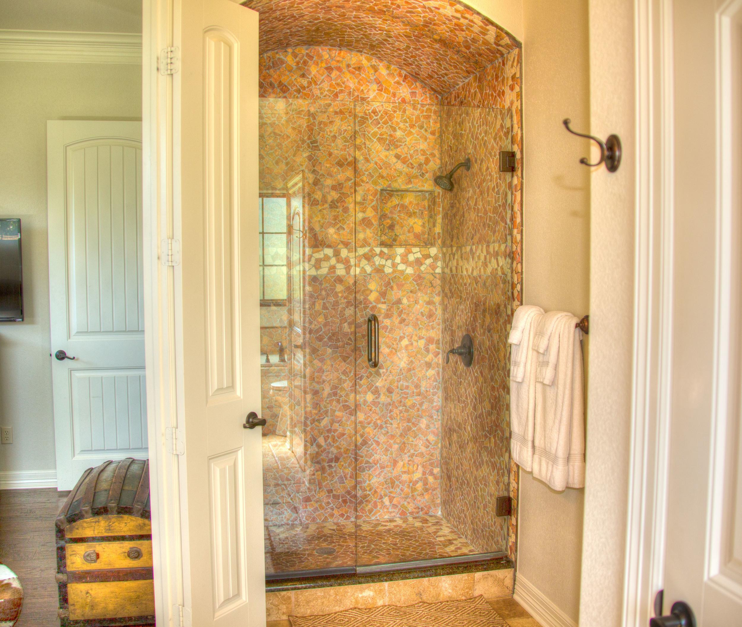 kiepersol_vines_chalet_master_shower.jpg