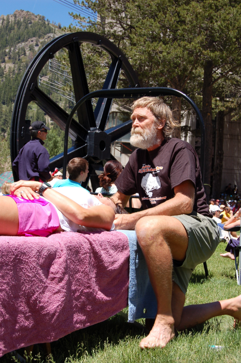 Gordy offering free adjustments during the 2007 Western States Endurance Run pre-race briefing (Friday June 23, 2007 - Squaw Valley, CA)