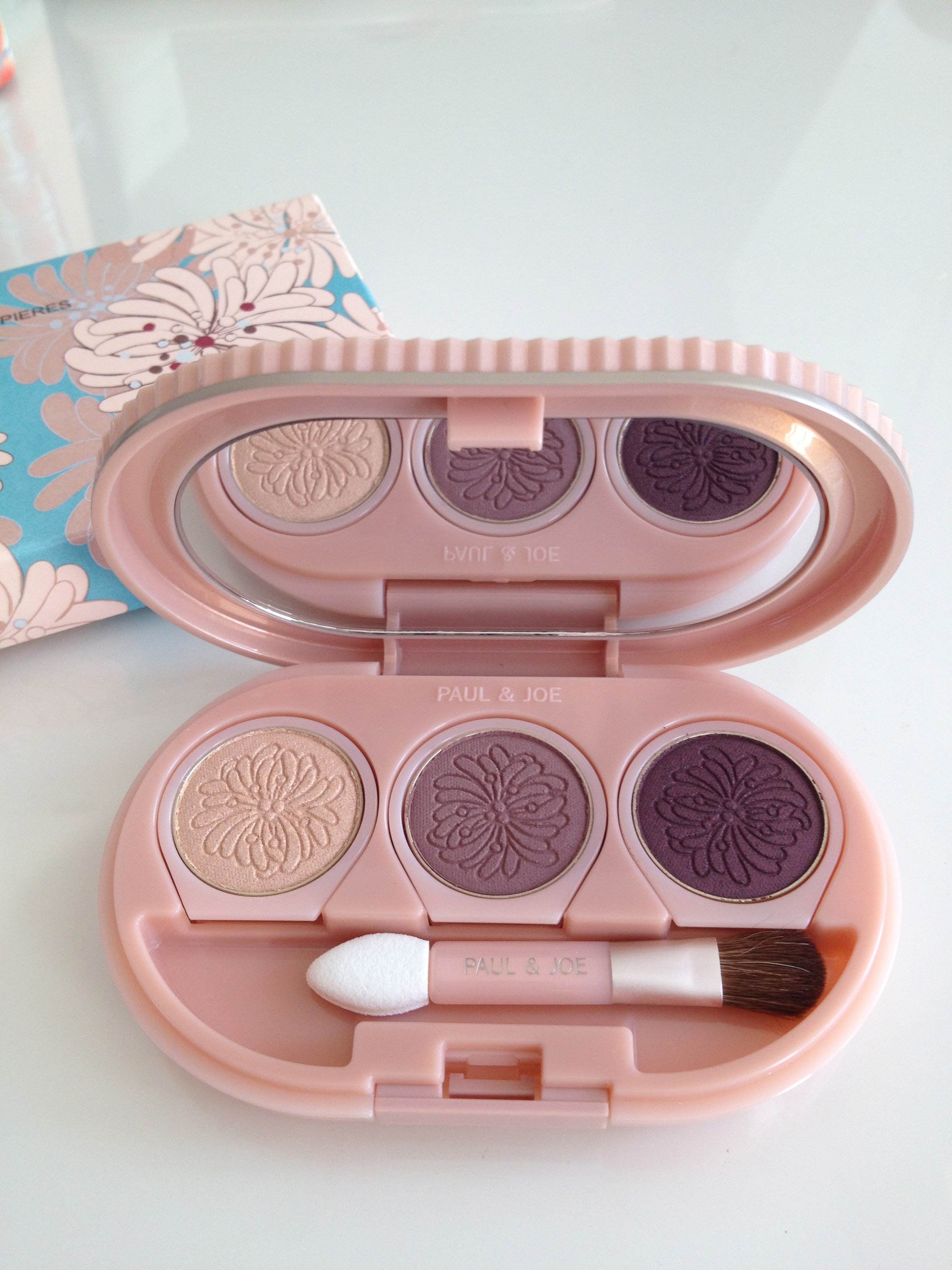 Customisable eye shadow palette with colours 15, 31 and 11