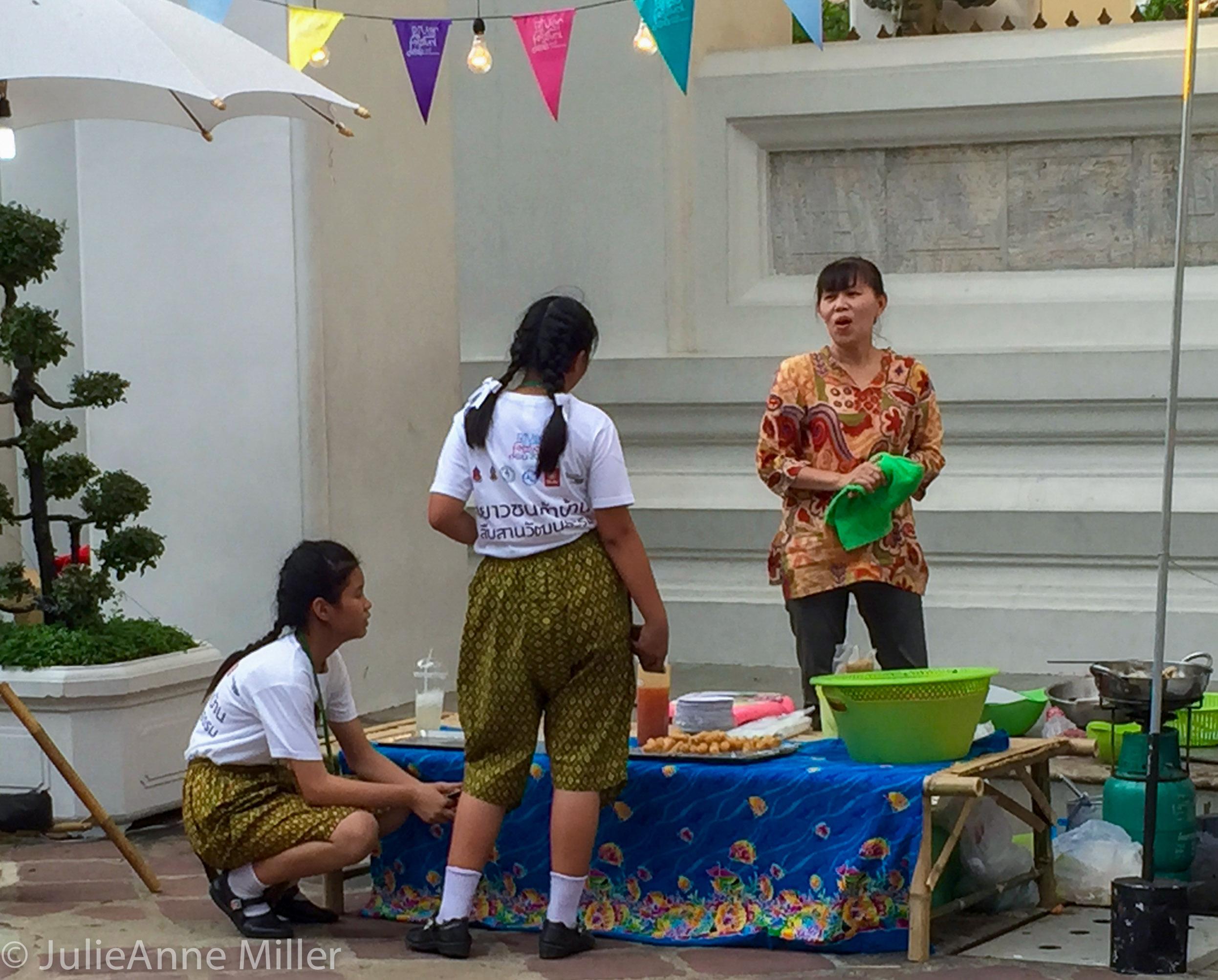 thai shool girls.jpg