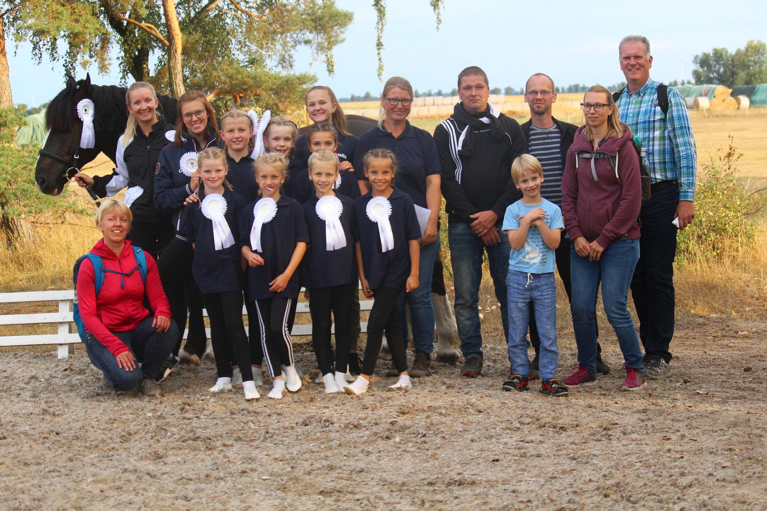 Das gesamte Team: Voltigierer, Trainer, Pferd und Eltern