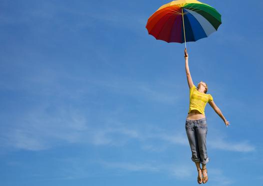 EFT Mujer con  paraguas arcoiris volando (1).png