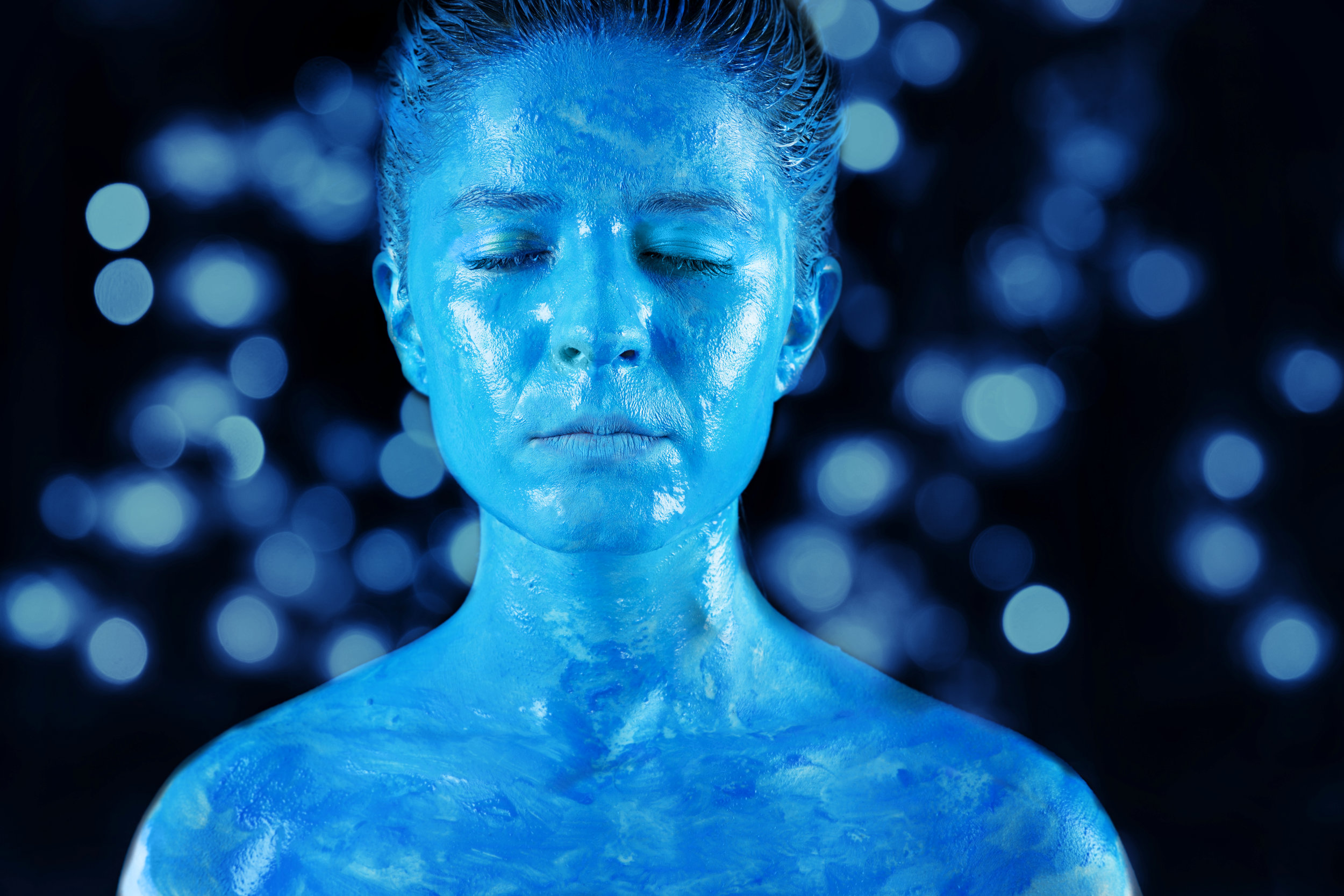 mujer burbujas azules.jpg