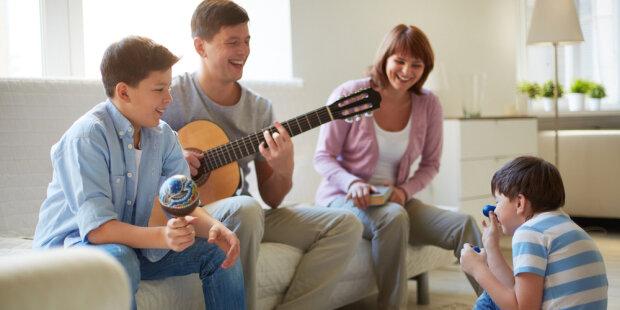 web3-family-music-guitar-home-de-pressmaster-i-shutterstock.jpg