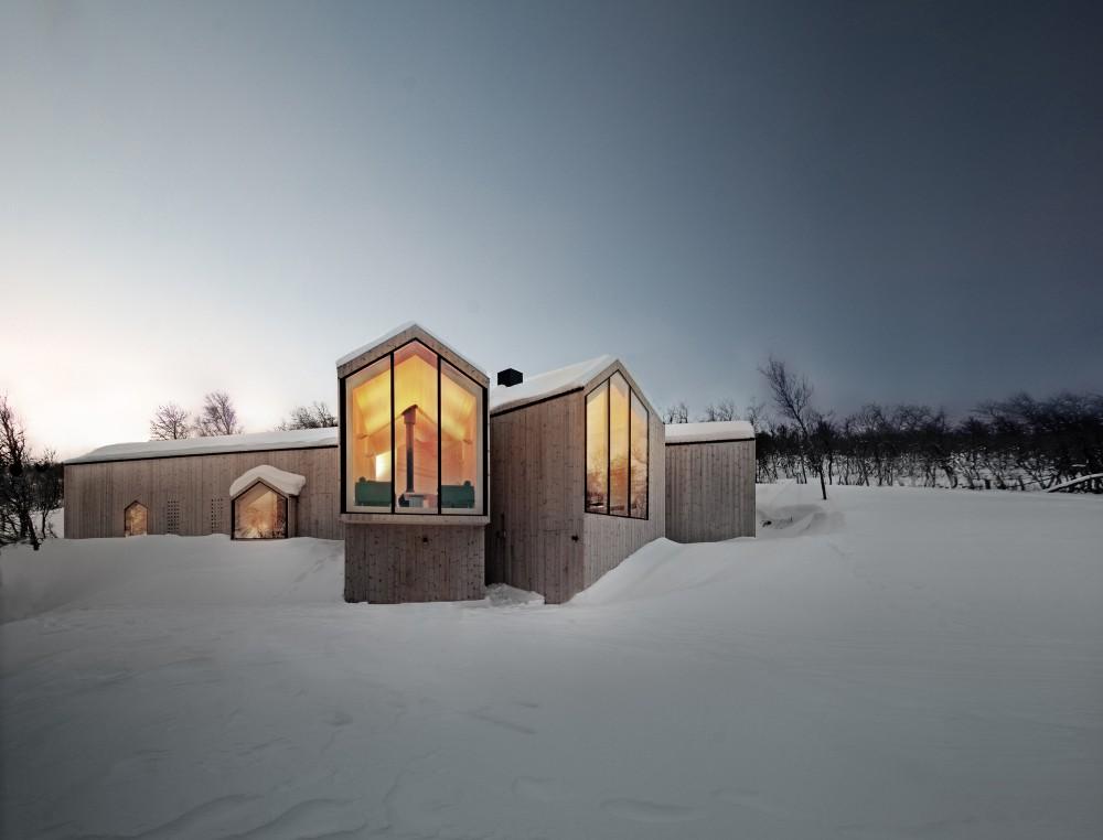 Split View Mountain Lodge in Norway. Photos ©Søren Harder Nielsen, Courtesy of Reiulf Ramstad Arkitekter.