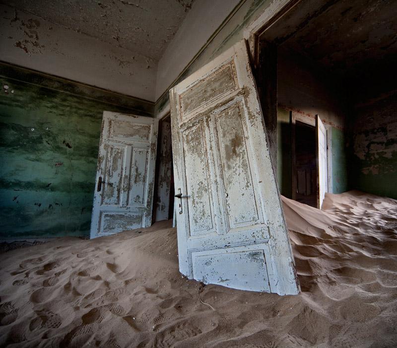 indoor-desert-photos-by-Alvaro Sanchez-Montanes-door.jpg