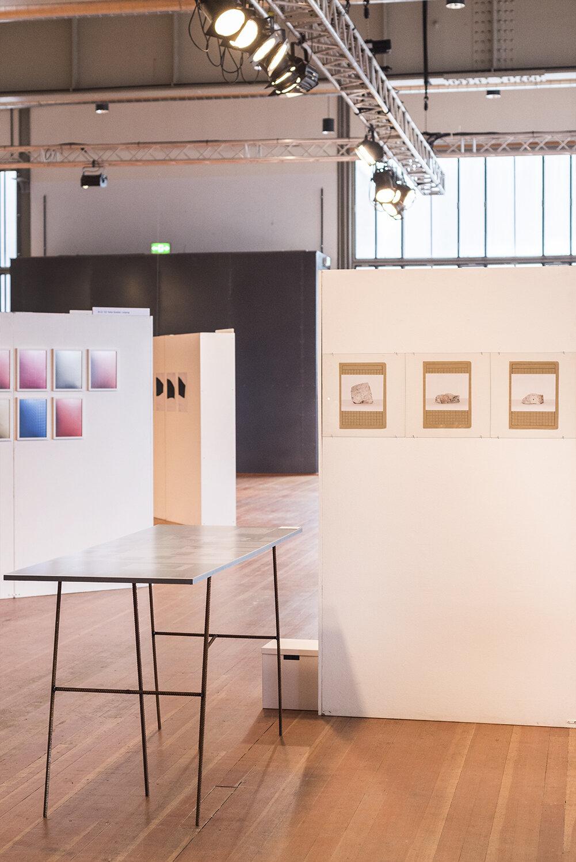 Contemporary Art Ruhr 2019 Ausstellungsansicht. Die Tischarbeit Stenstraße 1A ist ebenfalls Bestandteil der Installation.