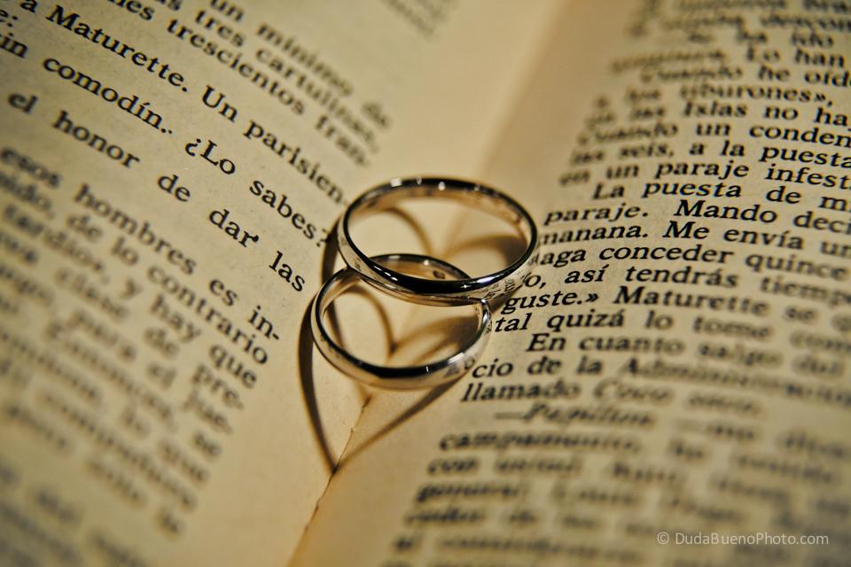 anilllos de boda formando un par de corazones