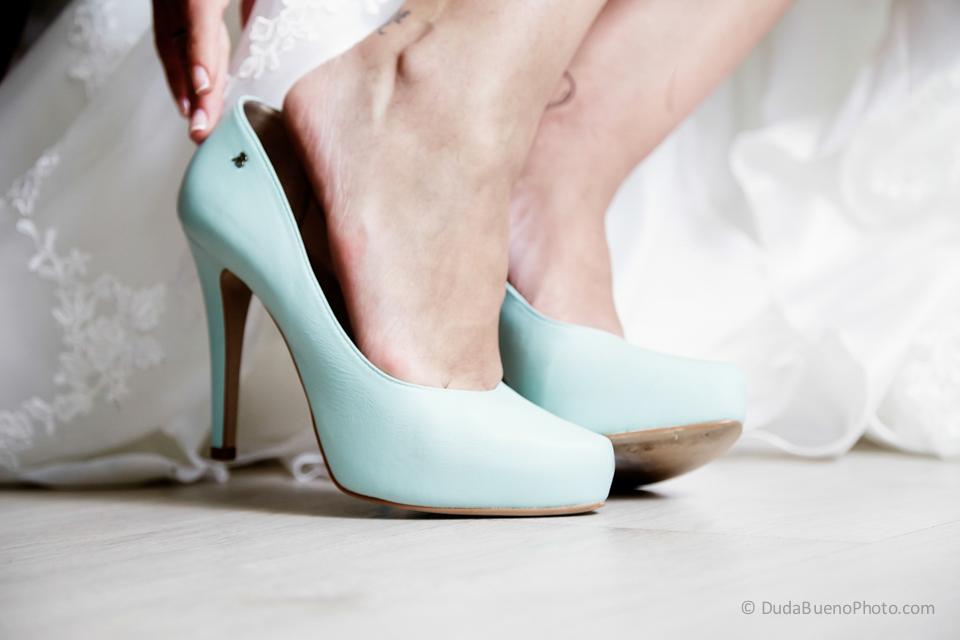 Novia poniéndose los zapatos antes de la boda