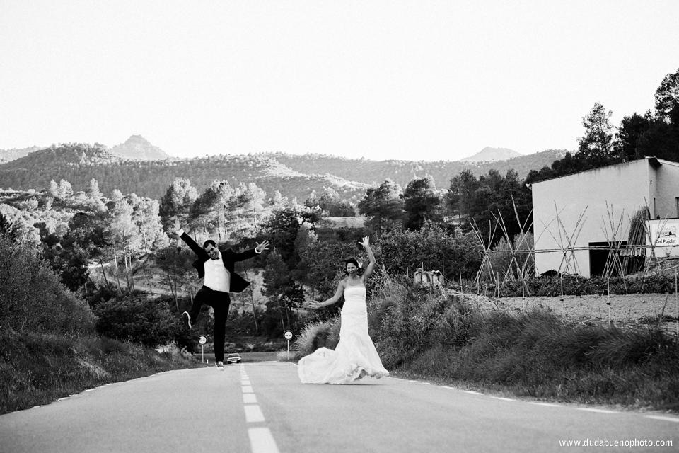 boda en montserrat, novios saltando en carretera