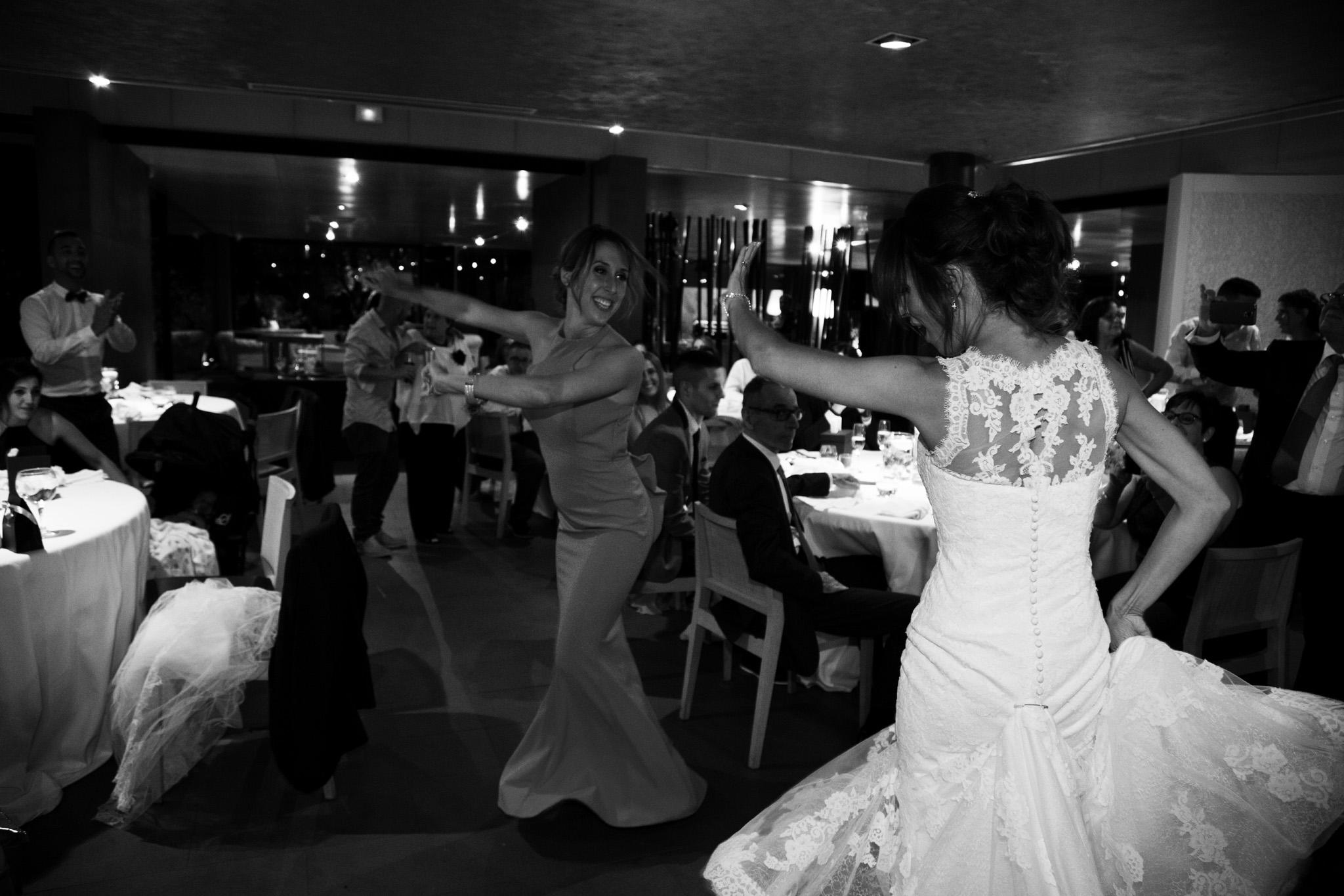 Gran sorpresa, el baile de las hermanas en medio la boda.