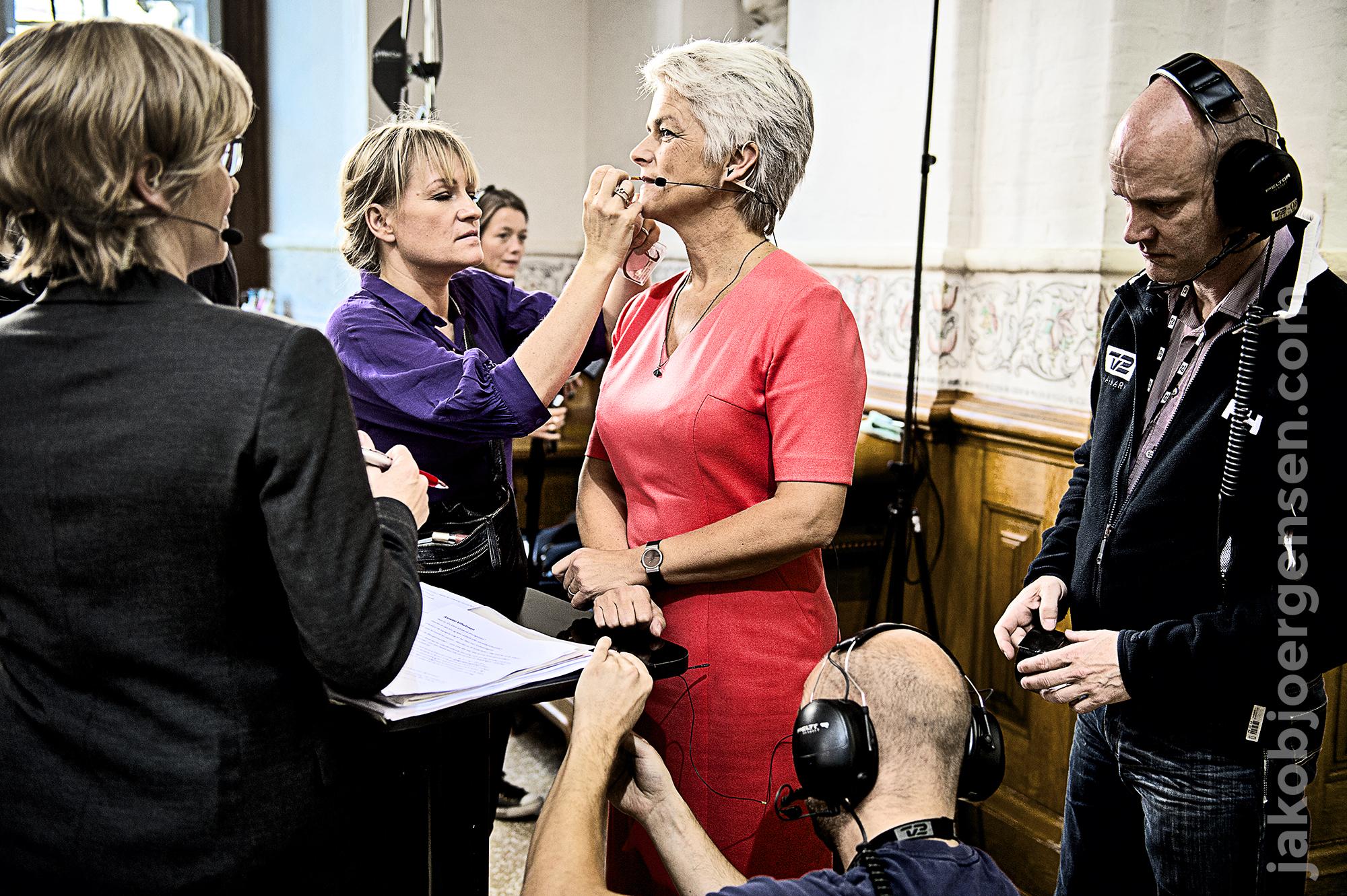 Annette Vilhelmsen (SF) gøres klar til tv.