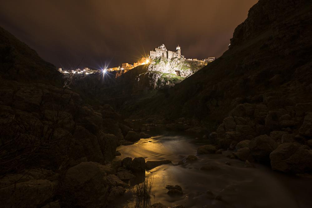 Matera di notte vista dal torrente che divide i Sassi dalle Murge