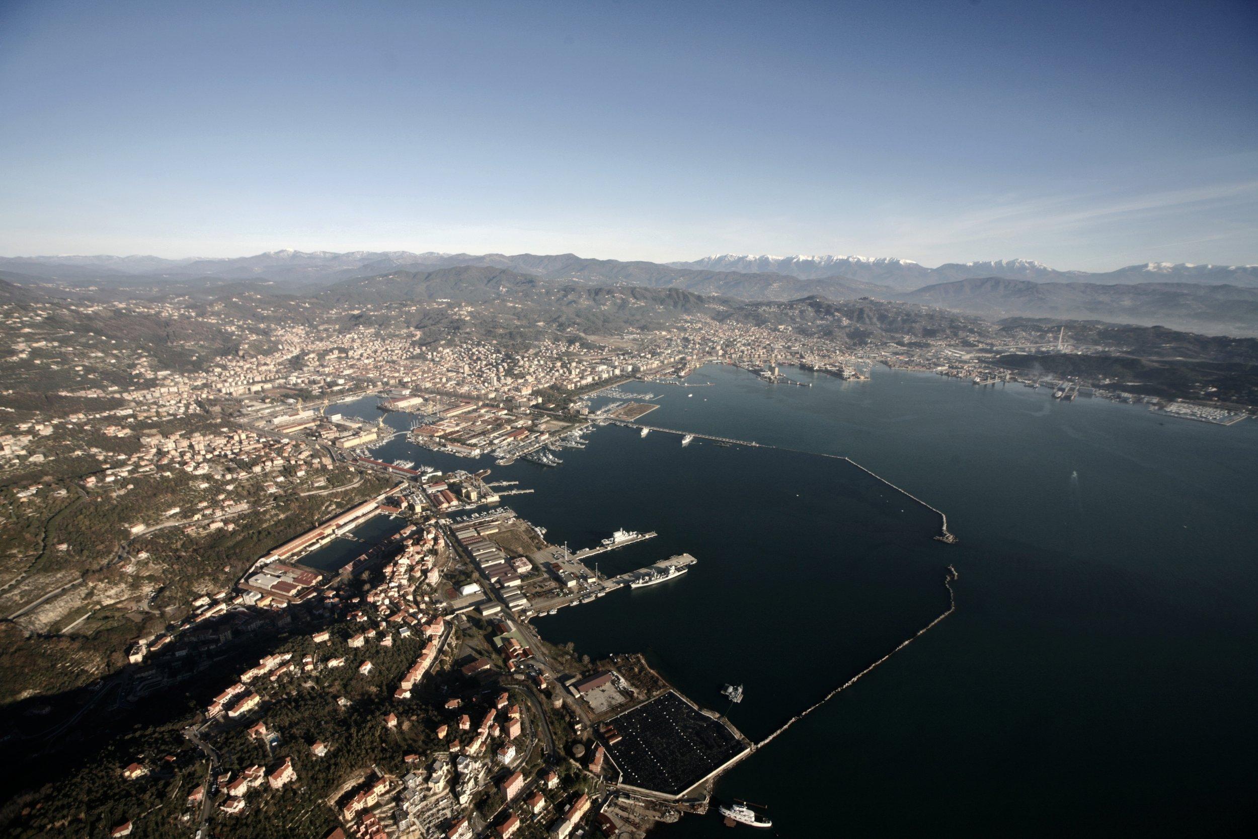 La Spezia e l'Arsenale militare, l'Appennino innevato sullo sfondo