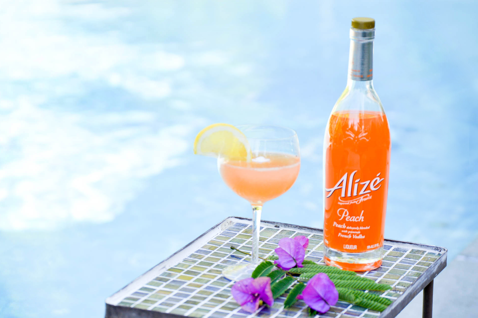 Peach Grapefruit fizz cocktail via. www.birdieshoots.com