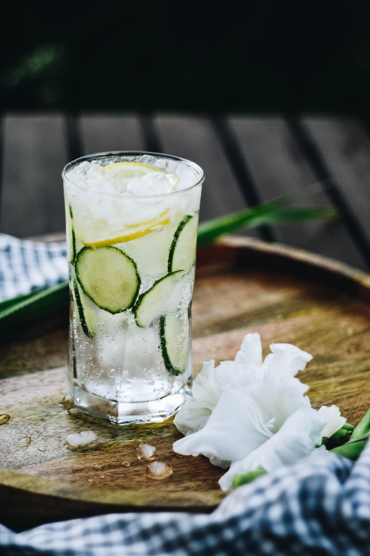 HOW-TO CLASSIC COLLINS  - - 2 oz Gin- 1 1/2 oz Fresh Lemon Juice- 1 oz Simple Syrup- 1/2 C Water- Cucumber slices- Lemon slices- Spindrift Sparkling Water CucumberAdd cucumber slices and gin to a cocktail shaker, smash with muddler. Pour simple syrup, citrus juice, and ice to shaker. Shake and strain into a tall glass filled with crushed ice. Top with Spindrift® Cucumber sparkling water, and garnish with cucumber and lemon slices.