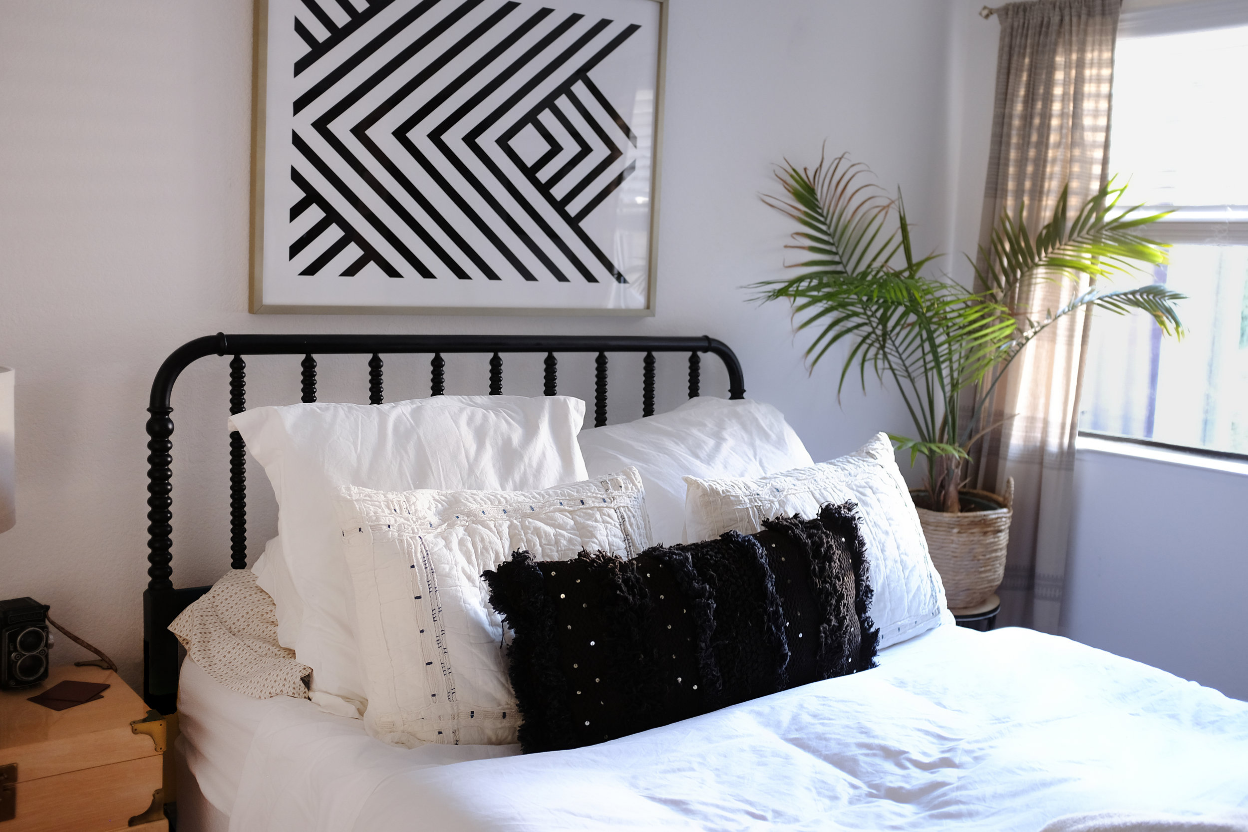 How to Spruce Up your Guest Bedroom Before the Holiday Season via. The Pacific Standard | www.ThePacificStandard.com