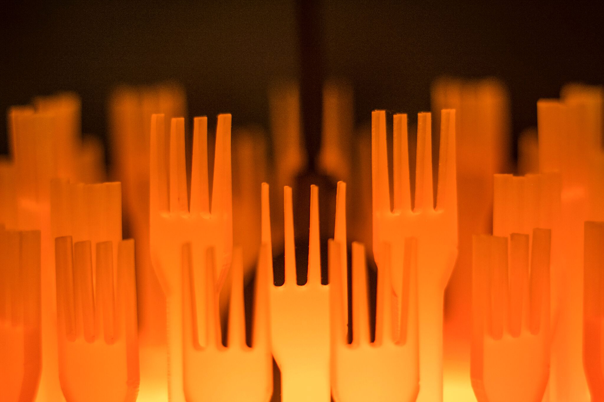 Forks Over Knives luminaire in orange acrylic