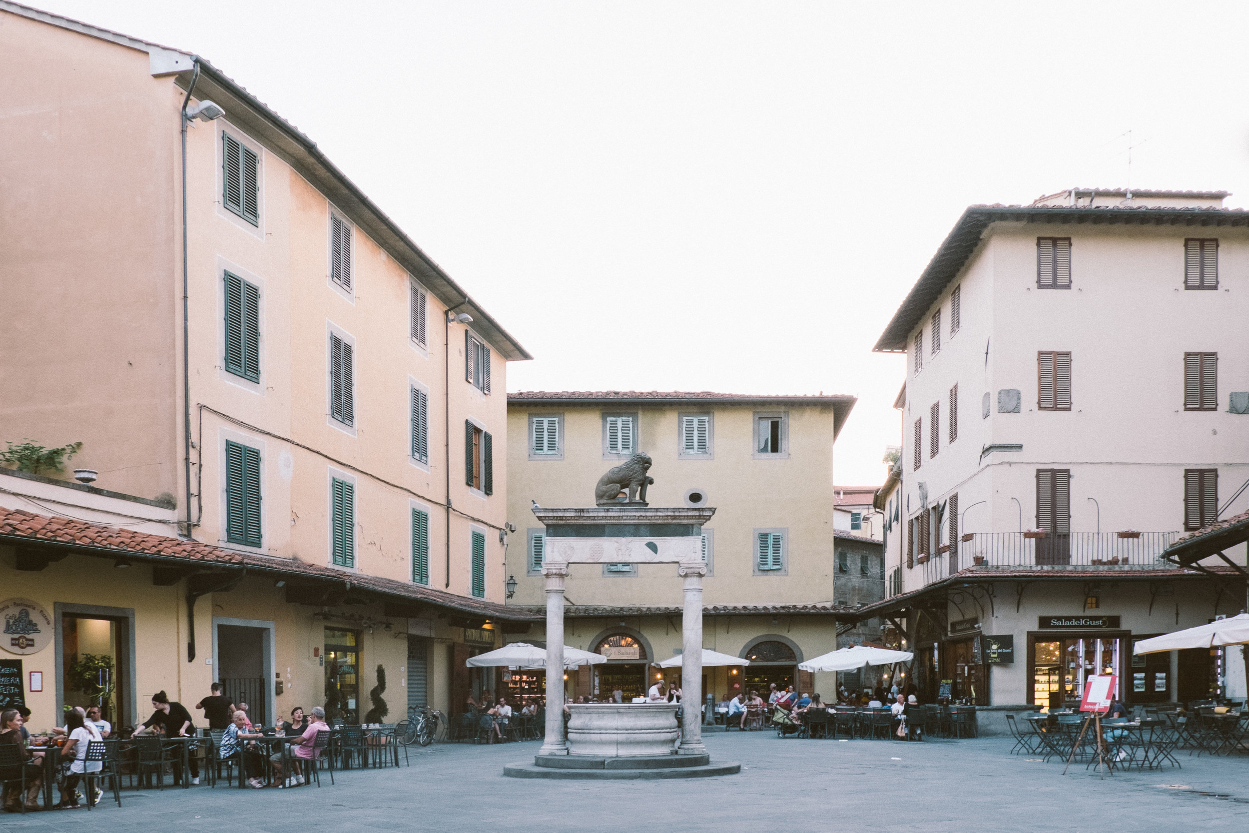 Piazza della Sala has a variety of restaurants and bars